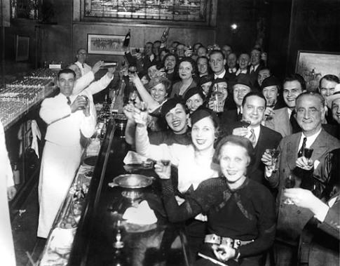 Жители Чикаго празднуют отмену Сухого закона, 8 декабря 1933 John Binder Collection