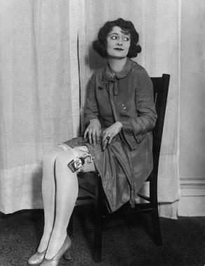 Женщина прячет фляжку с виски в подвязку, 1920-е John Binder Collection