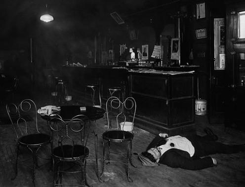 Тело убитого в одном из незаконных чикагских баров, 1920-е Michael Yore Graham