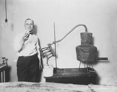 Налоговый чиновник с конфискованным оборудованием, 1920-1932 Library of Congress Prints and Photographs Division