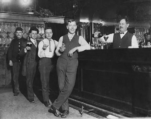 Посетители бара наслаждаются алкоголем еще до запрета John Binder Collection