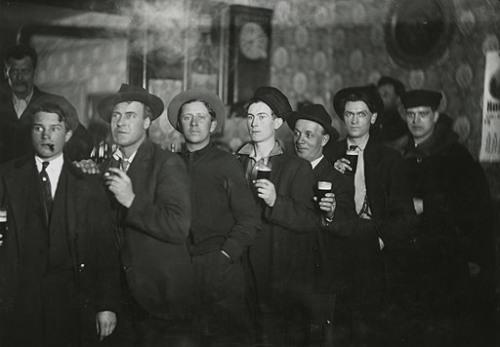 Мужчины в салоне Гарднера, Холтон, штат Висконсин, 1896 Minnesota Historical Society