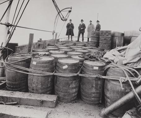 Правоохранители проверяют конфискованный алкоголь, 1924 Library of Congress, Prints and Photographs Division