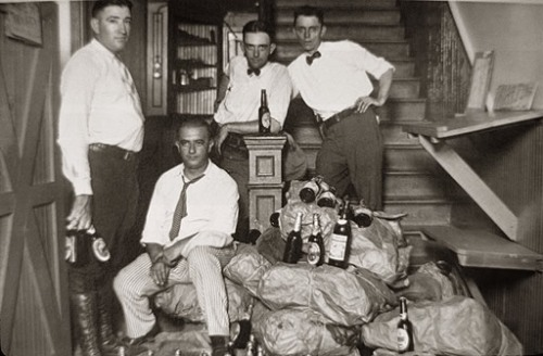 Полицейские с изъятым алкоголем и пойманным преступником, близ Майями HistoryMiami/The Bridgeman Art Library