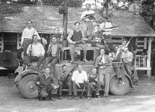 Бутлегер Чарли Биргер (сидит в центре на крыше машины) со своей бандой, 1927 Kentucky Historical Society