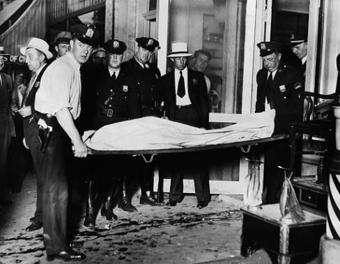Убитого выносят из одной из парикмахерских Нью-Йорка, 1930 John Binder Collection