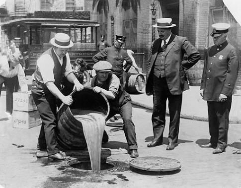 Агенты сливают изъятый алкоголь в канализацию, 1921 Library of Congress